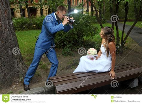 Wedding Pictures To Take by Wedding Photo Shoot A Newlywed With A Take