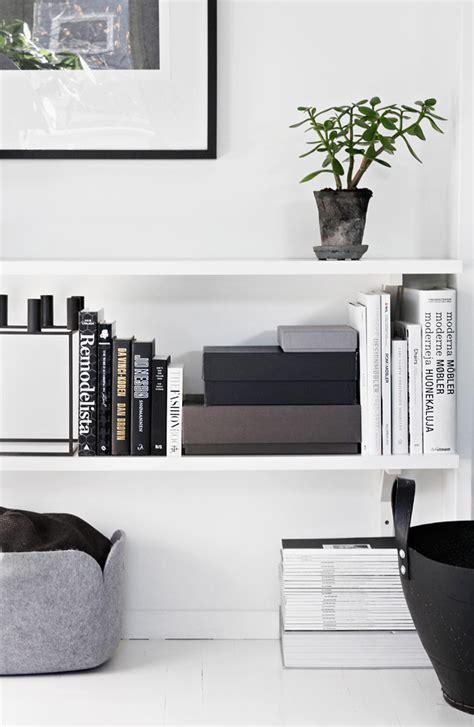 oggetti per mensole mensole e mobili bianchi ottime vetrine per i tuoi