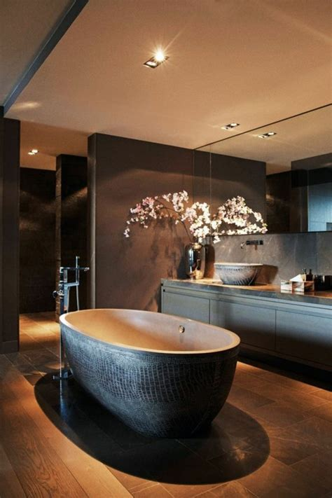 Charmant Salle De Bain Marron Et Beige #3: grande-baignoire-ovale-salle-de-bain-marron-foncé-led-plafond-salle-de-bain.jpg