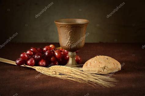 imagenes de uvas y pan mesa de la comuni 243 n con pan vino uvas y trigo fotos de