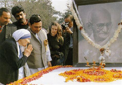 Biography Of Mahatma Gandhi And Mother Teresa | mother teresa praying to gandhi at his tomb