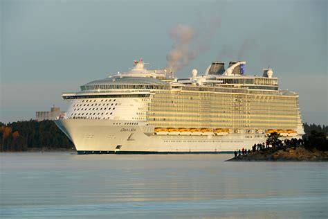 world s largest cruise ship debuts with high energy high what is the biggest cruise ship in the world today