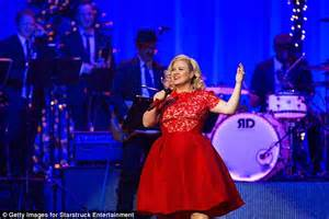 Kelly clarkson proves she s a hands on mom as she dotes over daughter