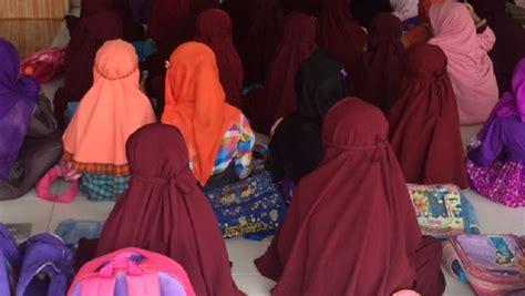 Jilbab Anak Sd mereka senang sekarang bisa memakai jilbab di sekolah darush sholihin