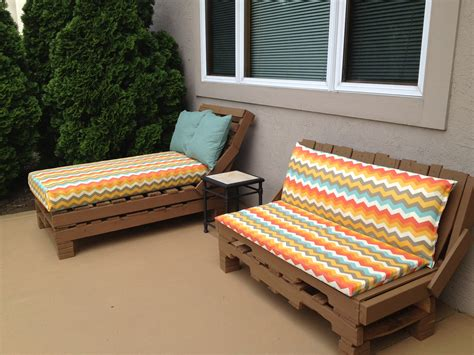 Pallet Patio Furniture Pallet Patio Furniture So Easy Stack Pallets Nail Together Paint Cover Crib Mattress In