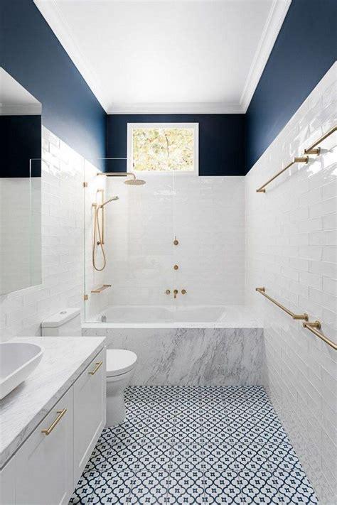 decoracion de espacios pequenos en blanco  azul azulejos