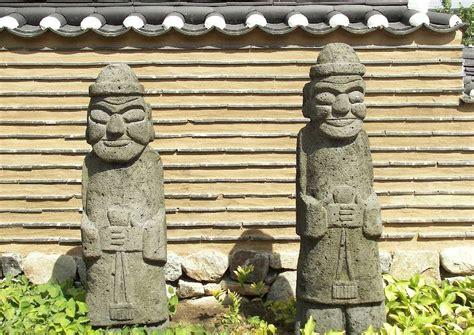 garten steinfiguren koreanischer garten berlin marzahn steinfiguren holzhaus