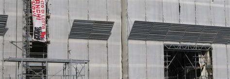 banchi nuovi disoccupati disoccupati su impalcature di palazzo reale 171 sbloccare i