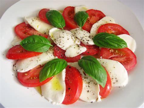 tomate mozzarella schön anrichten einfacher tomate mozzarella salat rezept mit bild