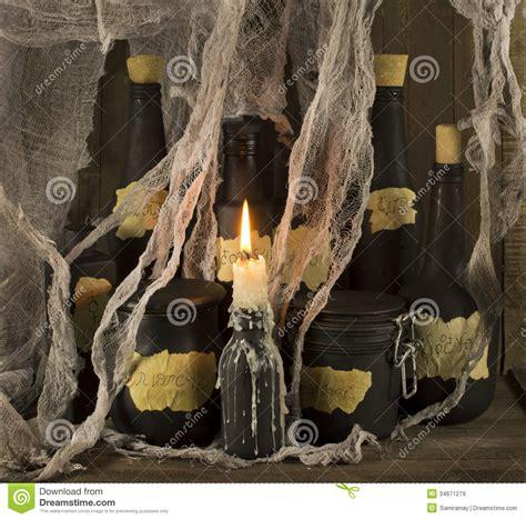 candela nera magia bottiglie di magia nera con la candela immagine stock