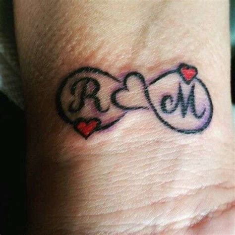 tatuaggi lettere con infinito tatuaggio con lettere iniziali da innamorati tatuaggio