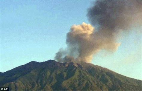 Airasia Volcano Bali | indonesian volcano mount raung leaves 1000s stranded as