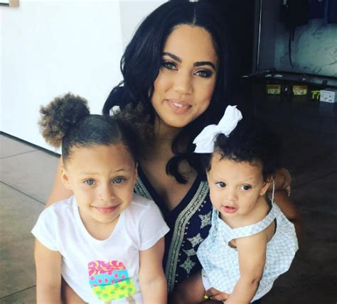 libro ayeshas gift a daughters ayesha curry enjoys cooking with her daughters