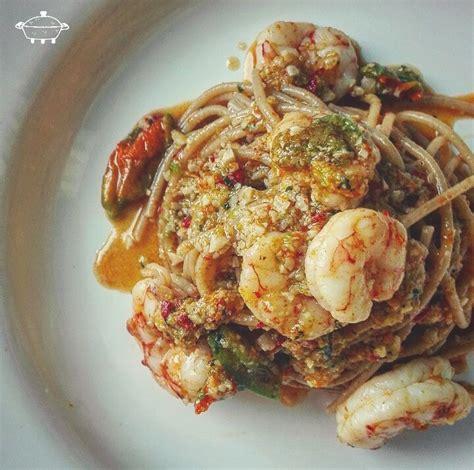 pasta fiori di zucca e gamberetti spaghetti integrali con pesto ai fiori di zucca e gamberi