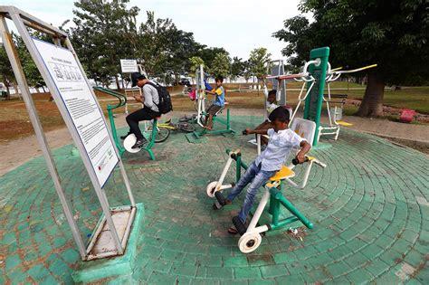 Alat Fitnes Taman foto memanfaatkan fasilitas olahraga di taman waduk