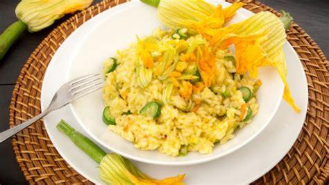 risotto fiori di zucca e gamberi come fare un risotto ai fiori di zucca deabyday tv