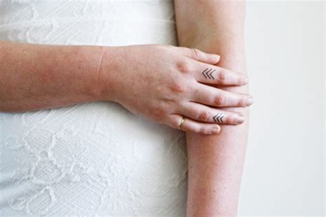 finger tattoo zum kleben der neuste schrei finger tattoo 65 tattoo motive zum