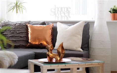 vorhänge rosegold holzbalken in neubau wohnzimmer