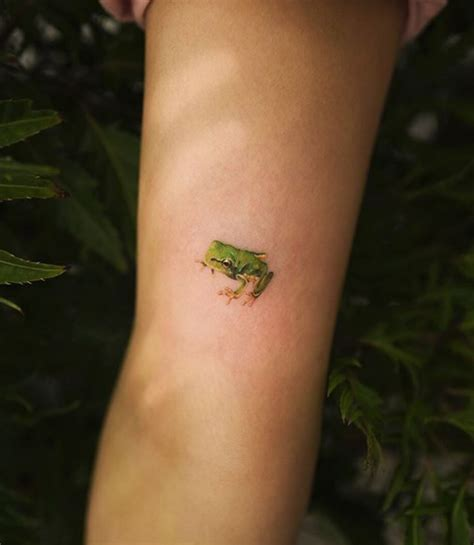 tiny frog tattoo inkstylemag