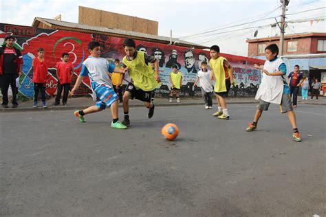 imagenes de niños jugando futbol en la calle las 25 reglas del futbol callejero 161 recordar 225 s tu infancia