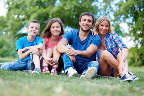 imagenes feliz en familia familia feliz sentada en el c 233 sped descargar fotos gratis
