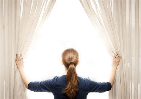 opening the curtain truco para mantener las cortinas blancas