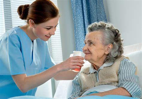 russe a letto infermiera russa si prende cura di una donna anziana a letto