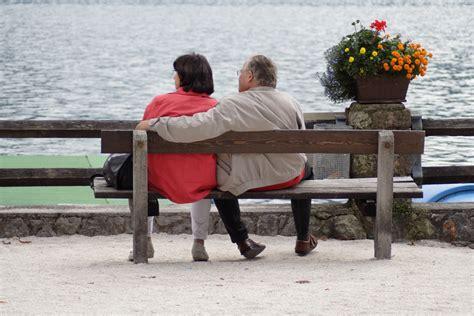 paar auf bank miteinander leben
