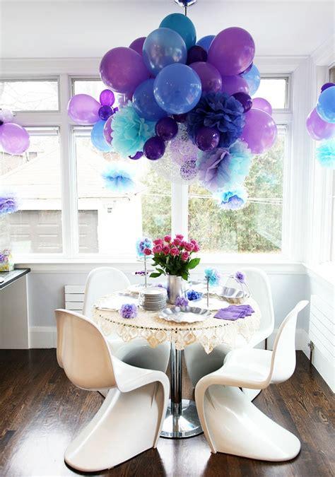 decke blau ballons h 228 ngen der decke als dekoration im kleinen