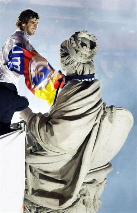 el delirio blanco 8494297368 ra 250 l corona a la diosa cibeles ante el delirio de los aficionados madridistas ecodiario es