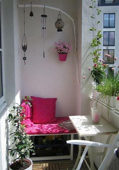 bank balkon kleiner balkon pflanzen tisch bank rosa balkon und