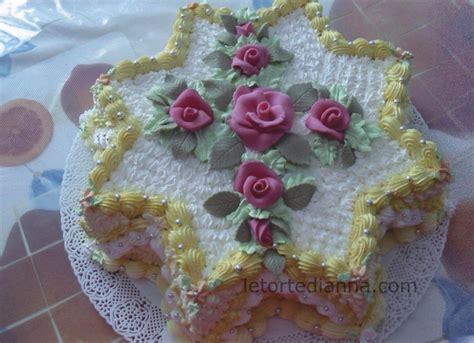 torte decorate con panna e fiori torta di compleanno decorata con panna vegetale e fiori in