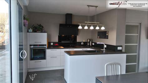 cuisine blanche et noir cuisine et blanche mat grand mur darmoires