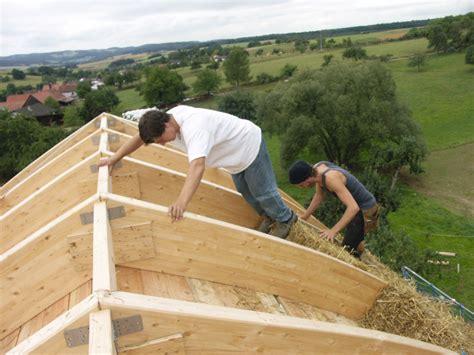 haus aus stroh bauen kosten aus holz stroh und lehm gebaut nachhaltiger neubau eines