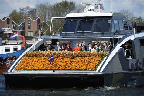 speedboot willem alexander koninklijke familie arriveert in dordrecht vorsten