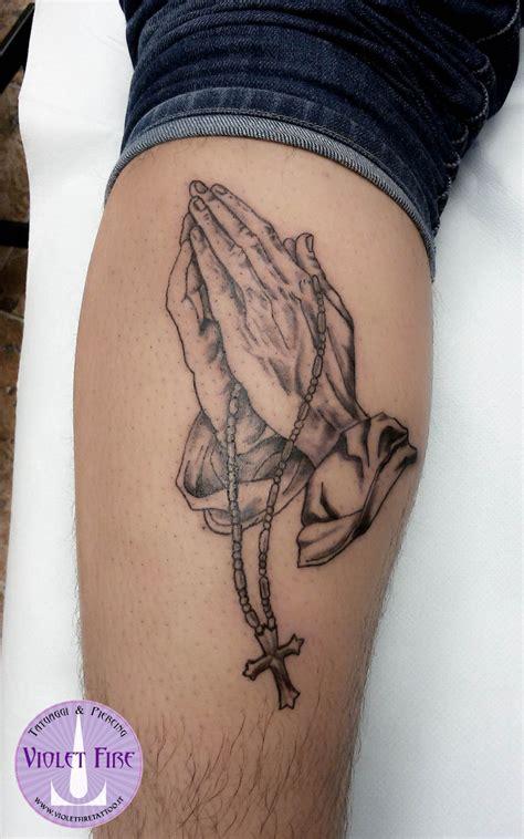 tatuaggi interno coscia tatuaggio giunte in preghiera bianco e nero su