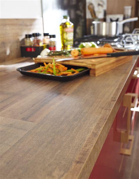 un plan de travail imitation bois pour une cuisine