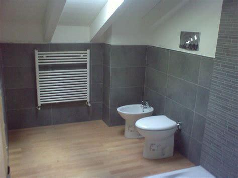 bagno con pavimento in legno comodini ciliegio mondo convenienza