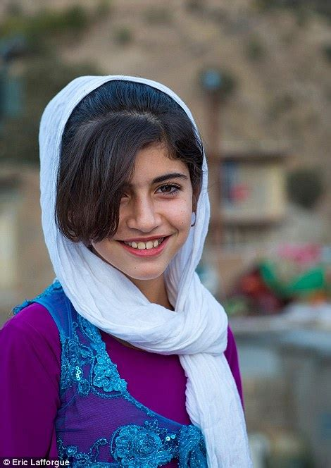 Etnique Syari haunting portraits of kurdish refugees offer a striking
