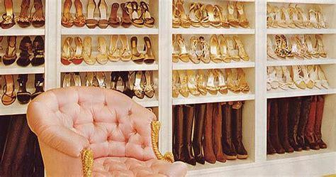 cabina armadio per scarpe la cabina armadio delle centinaia di scarpe e abiti