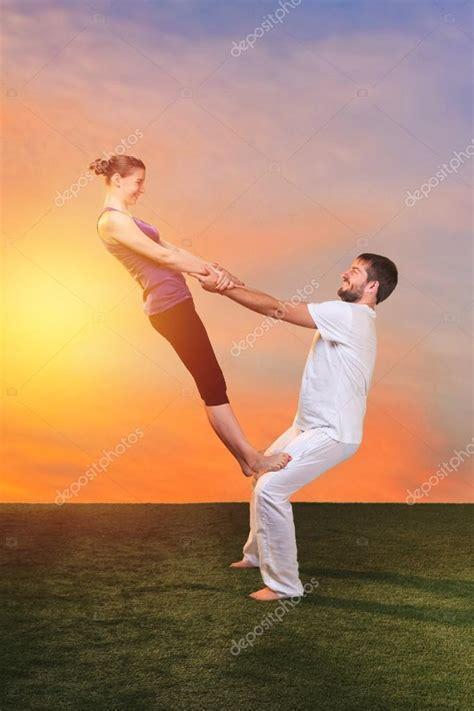 imagenes de yoga para dos las dos personas haciendo ejercicios de yoga foto de