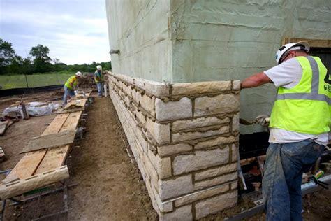piastrelle finta roccia come si realizzano i rivestimenti in pietra la posa delle
