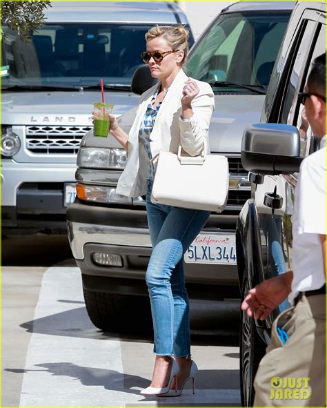 Reese Witherspoon Carries The Ysl Yris by Reese Witherspoon S New Gains A Miranda Lambert Song