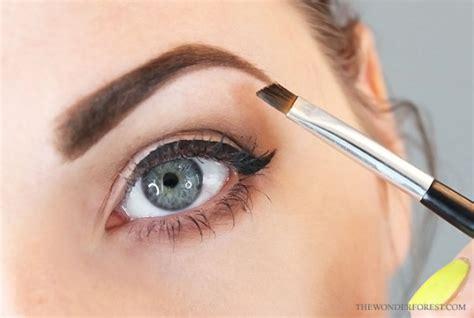 Pensil Alis Putih 6 jenis makeup dan skincare yang penting kamu bawa ketika