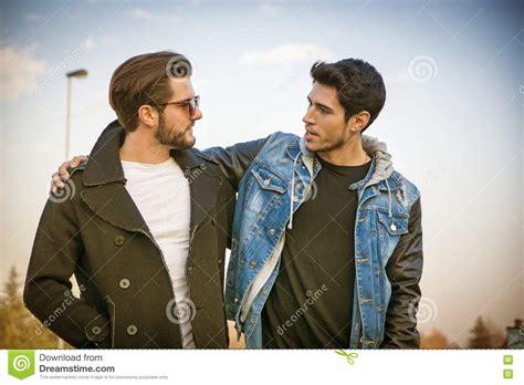 hombres amigos amistad en linea dos hombres jovenes hermosos amigos en un parque foto de