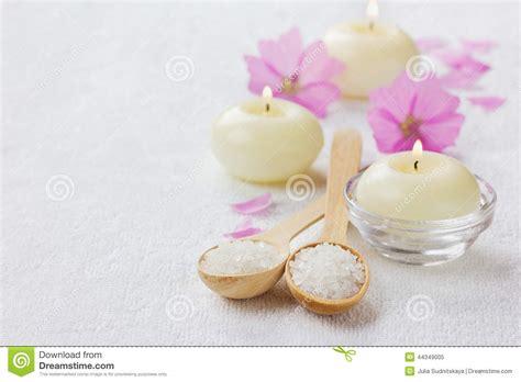 fiori e candele composizione nella stazione termale con il bagno sale