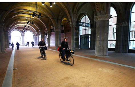 amsterdam museum flash mob fietsers flashmob onder rijksmuseum