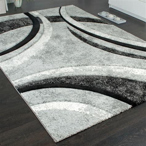 teppich grau schwarz designer teppich mit konturenschnitt muster gestreift grau