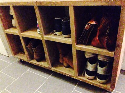 cer meubels schoenenkast gemaakt van steigerhout met wieltjes eronder