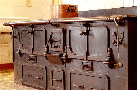 fourneau de cuisine chez le p 232 r gras l ancienne cuisine veille au grain de